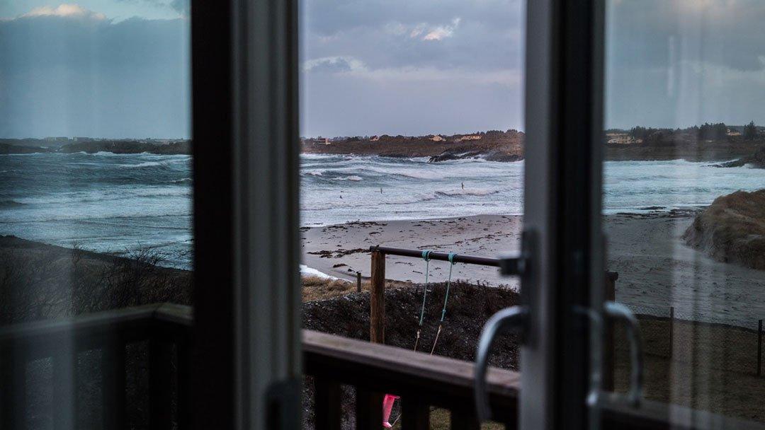 Utsikt utover stranden og sjøen fra eneboligen på Ferkingstad