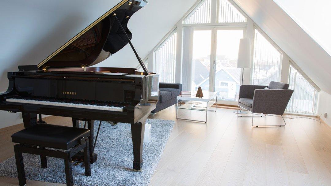 Lydisolert pianorom i eneboligen på Ferkingstad