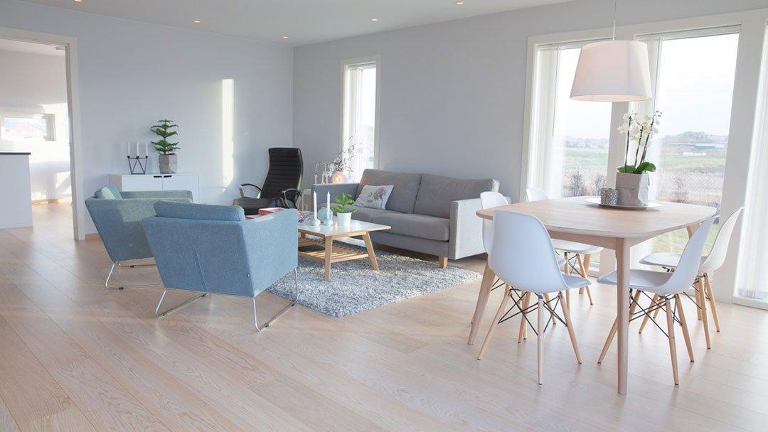 Lys og trivelig stue i eneboligen på Ferkingstad i Karmøy kommune