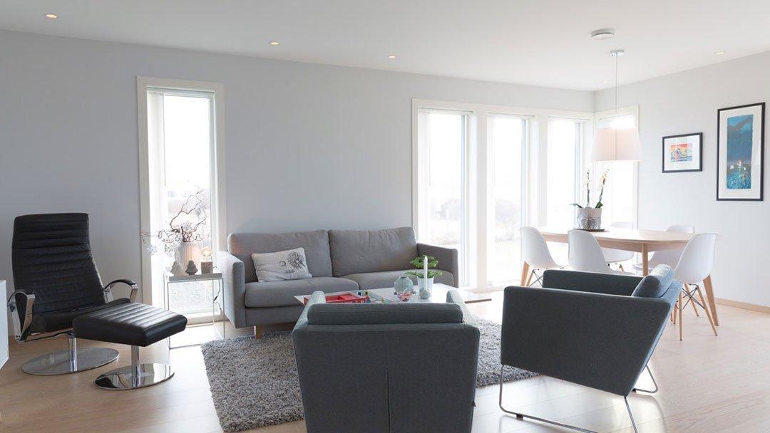 Stue med spisebord i enebolig på Karmøy