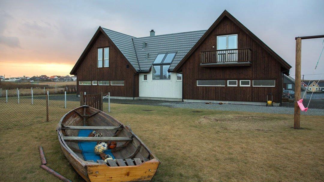 Arkitekttegnet enebolig på Ferkingstad i Karmøy kommune, sett utenfra mot vest