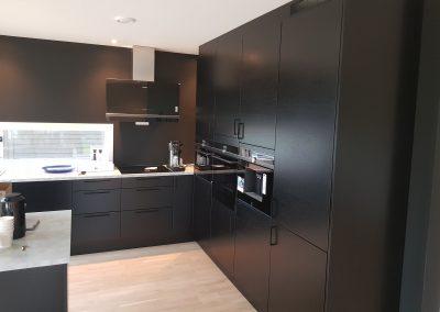 Stilig sort kjøkken