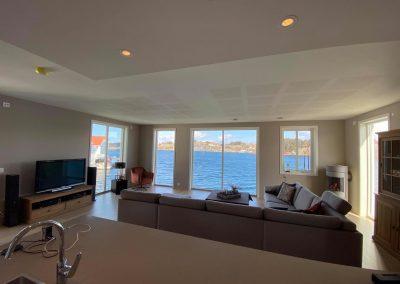Utsikt fra stue/kjøkken mot sjøen