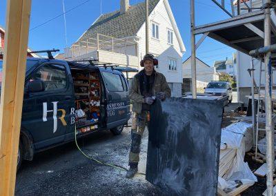 Svend Arne står på. Montering av steni-plater.
